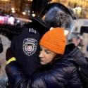 Дівчина обіймає бійця внутрішніх військ, 12 грудня 2013 року. Автор: Anadolu Onur Çoban, Euronews