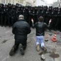 Чоловіки стоять на колінах перед бійцями внутрішніх військ на Банковій, 1 грудня 2013 року. Автор: Гліб Гаранич, Reuters