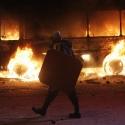 Учасник протесту на Грушевського на фоні згорілого автобусу, 19 січня 2014 року. Автор: Гліб Гаранич, Reuters