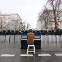 Хлопець грає на піаніно біля Адміністрації Президента, 7 грудня 2013 року. Автор: Олег Мацех