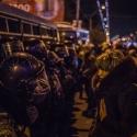 Люди дивляться в очі Беркуту під Києво-Святошинським судом, 11 січня 2014 року. Автор: Сергій Моргунов