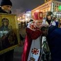 Священник благословляє учасника протесту, 19 грудня 2013 року. Автор: Влад Мусієнко