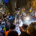 Люди розбивають повалений пам'ятник Леніну в Києві, 8 грудня 2013 року. Автор: Віталій Раскалов