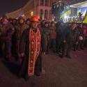 Священник став на захист людей на Майдані Незалежності, 11 грудня 2013 року. Автор: РИА Новости