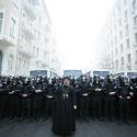 Священник та бійці внутрішніх військ, вулиця Банкова, 1 грудня 2013 року. Автор: Дмитро Ларін, УП