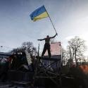 Чоловік з прапором на барикадах на вулиці Грушевського, 20 січня 2014 року. Автор: Василь Федосенко, Reuters